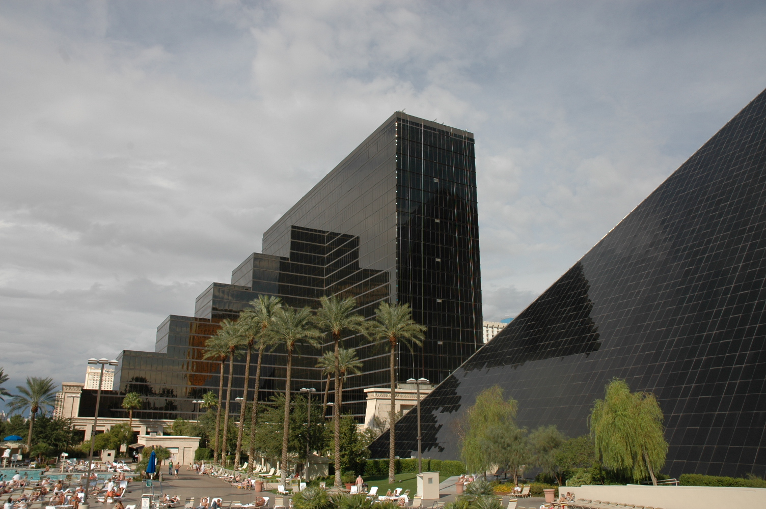 Shuttle Service From Las Vegas Airport To Luxor Hotel